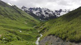Priroda je tu cista a krasna, v pozadi Kaukaz